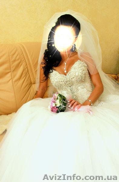Фото в свадебном платье со спины брюнетки с